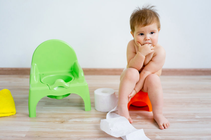Bambino sul vasino, spannolinamento, trattiene la cacca